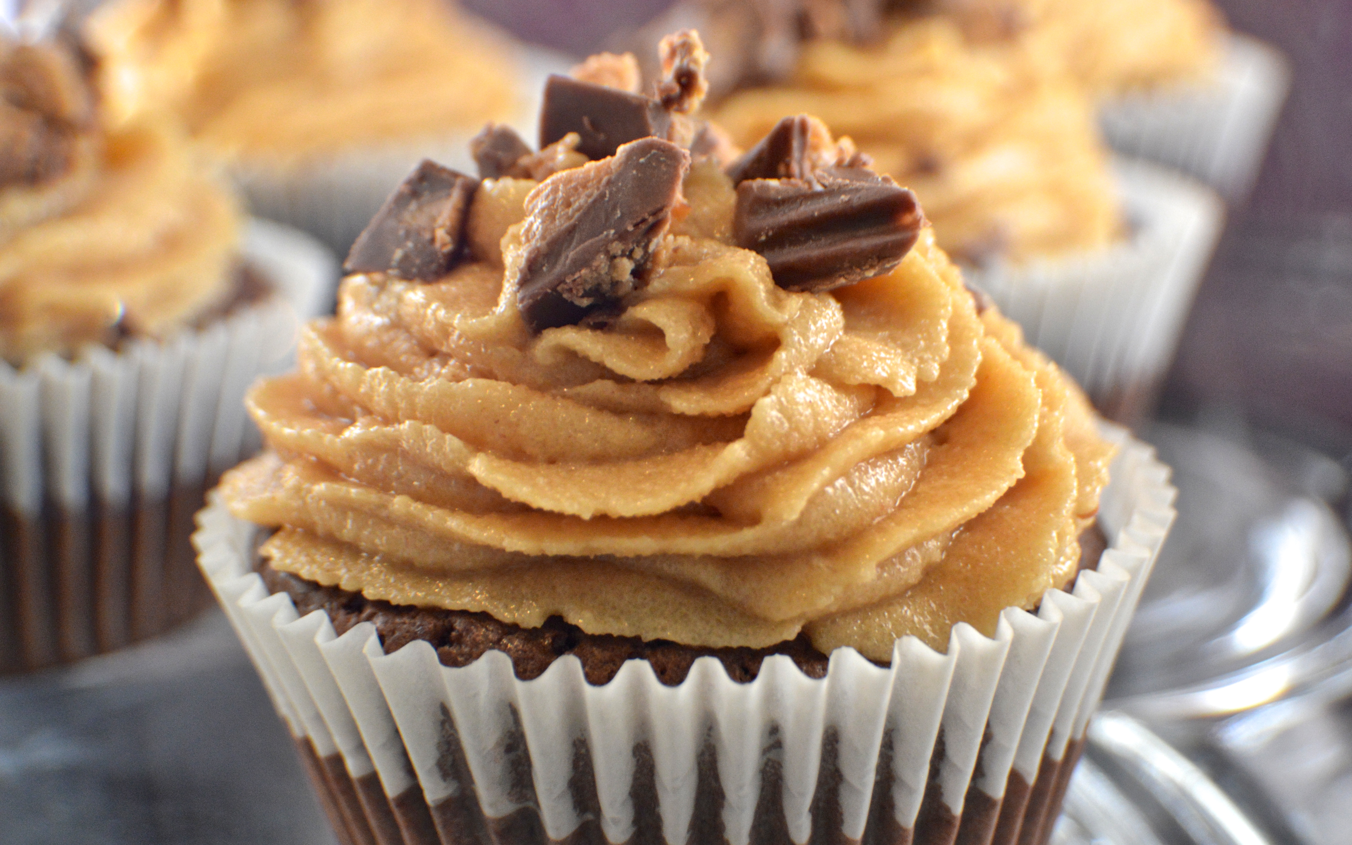 Reese's Brownie Cupcakes with Peanut Butter Frosting - Revamperate