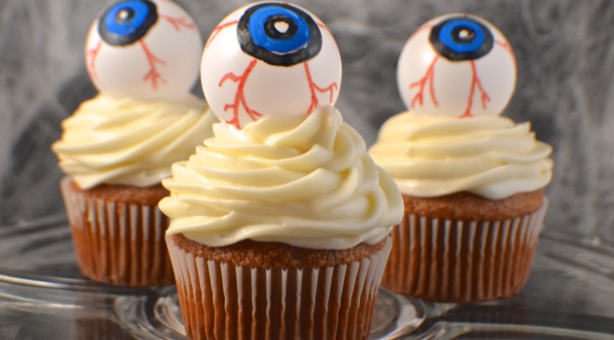 Halloween Treat: Eyeball Cupcake Toppers